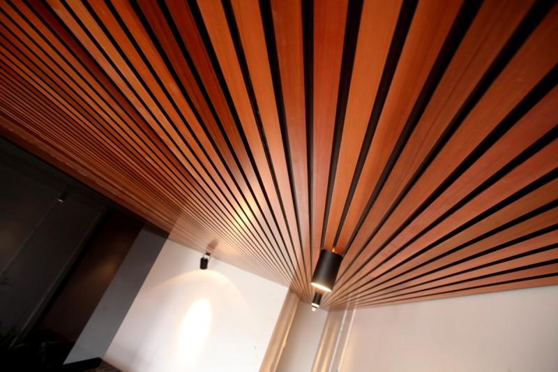 деревянная рейка в потолке