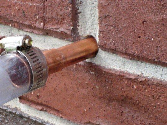 заполнение пеноизолом через отверстие в стене