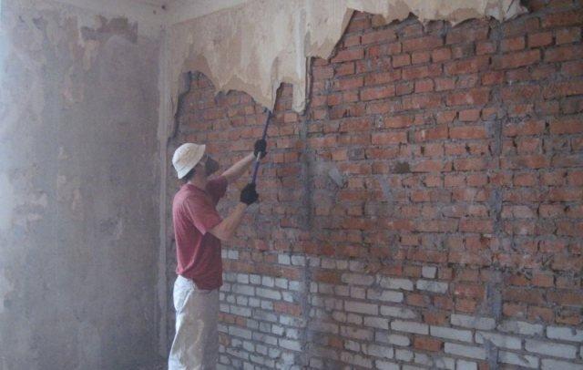удаление старой штукатурки на кирпичной стене